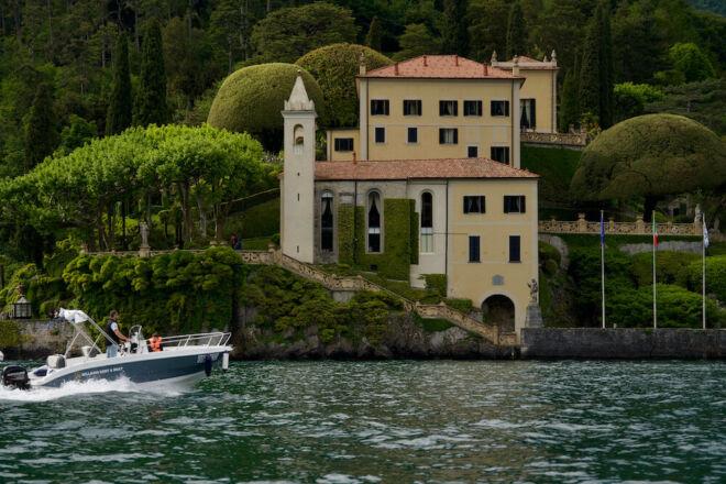 Boat rental in front of Villa del Balbianello